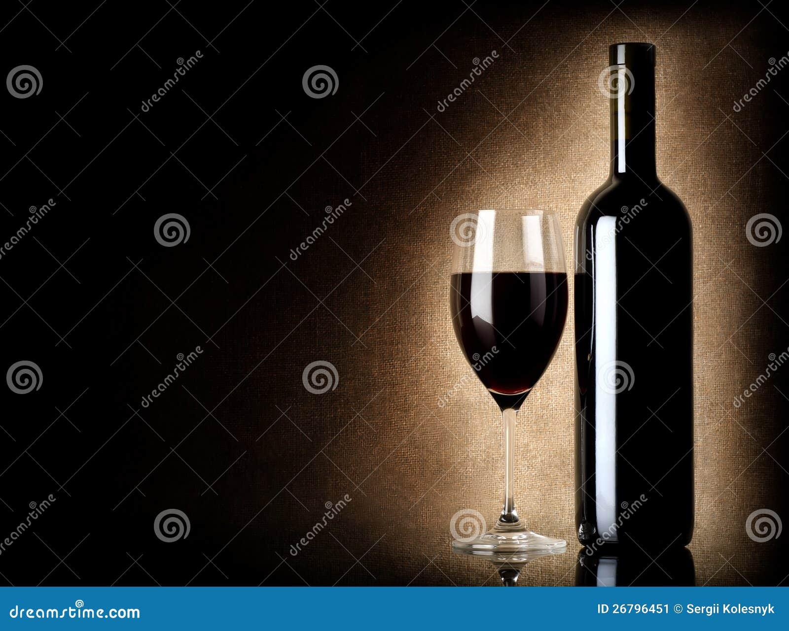 Wineflaska och wineglass på en gammal bakgrund