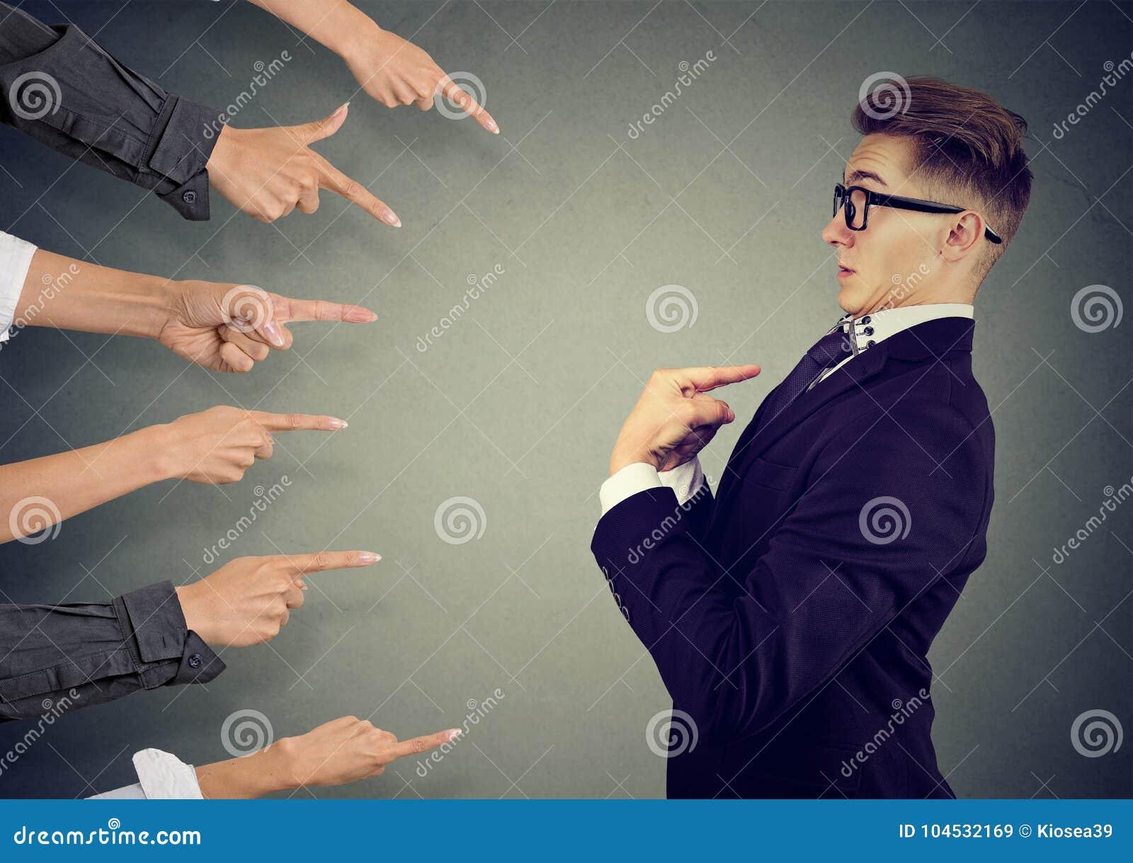 Winić ciebie Niespokojny mężczyzna sądził różnymi ludźmi wskazuje palce przy on Negatywny ludzki emocj czuć