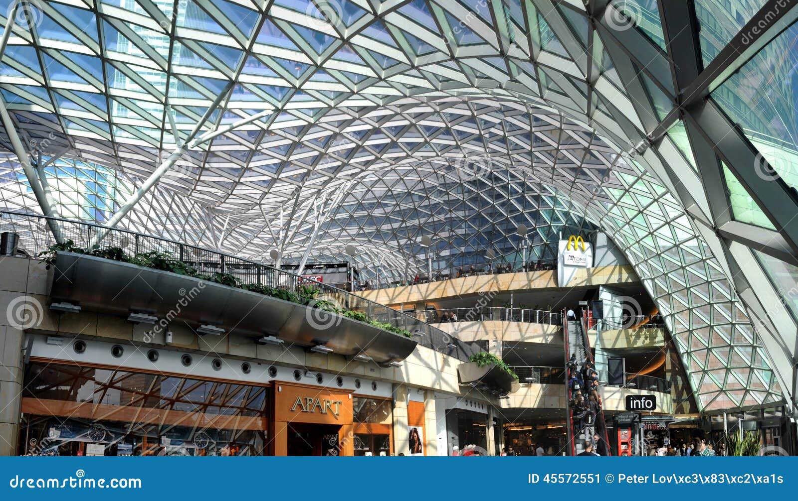 Winkelcentrum gouden terrassen warshau polen redactionele foto afbeelding 45572551 - Eigentijds buitenkant terras ...