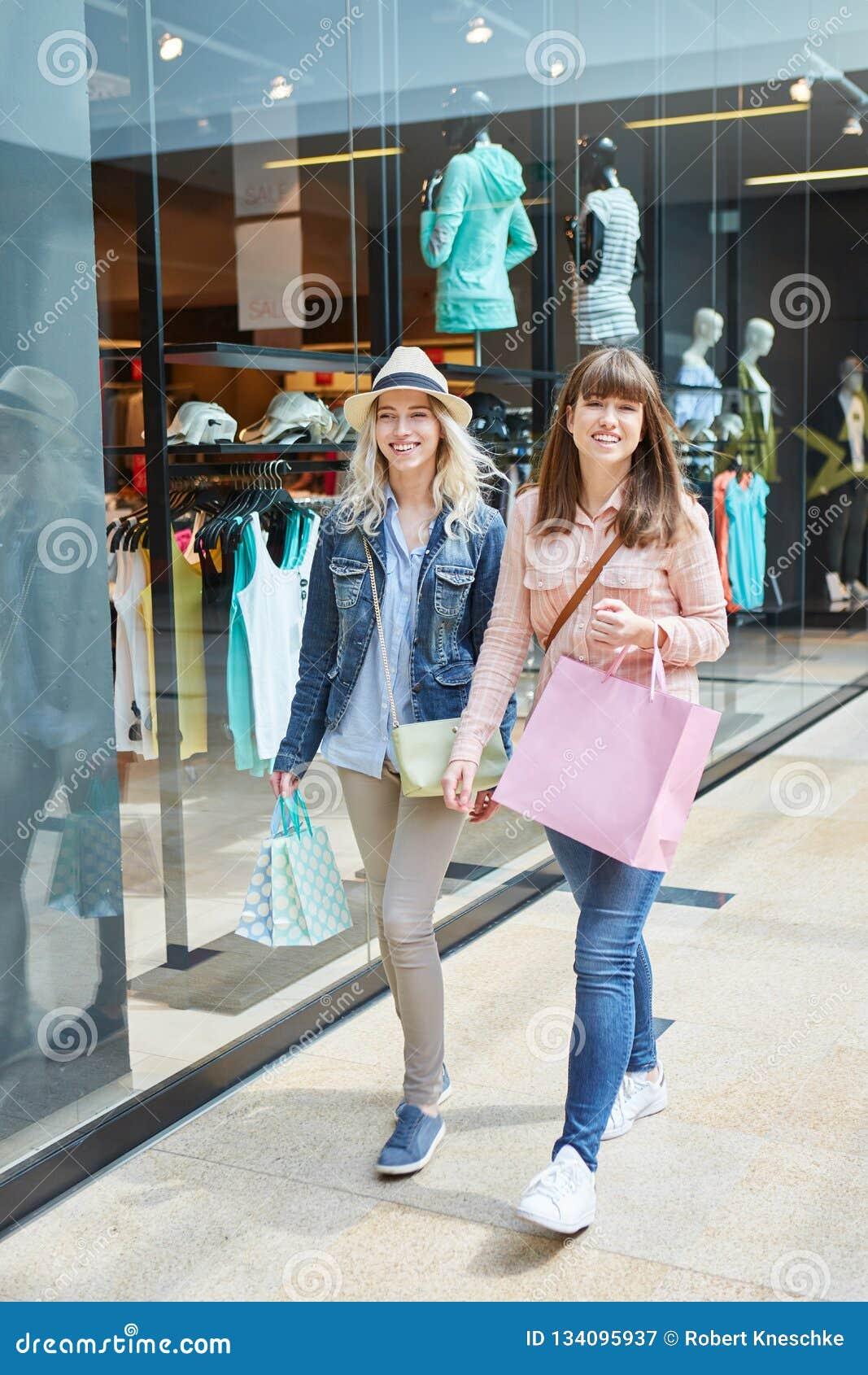 Winkelen van twee het Jonge Vrouwen