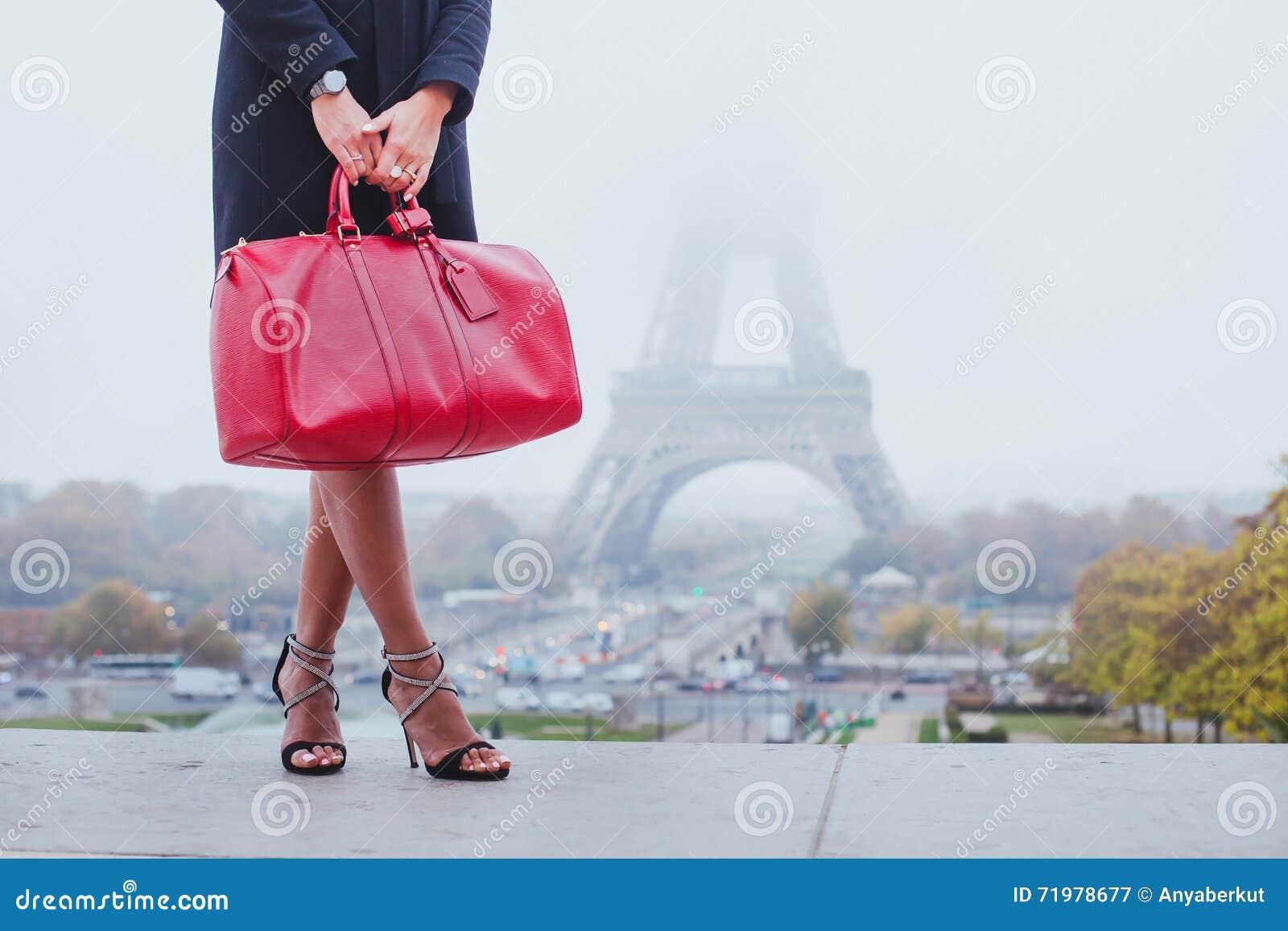 Winkelend in Parijs, maniervrouw dichtbij de Toren van Eiffel