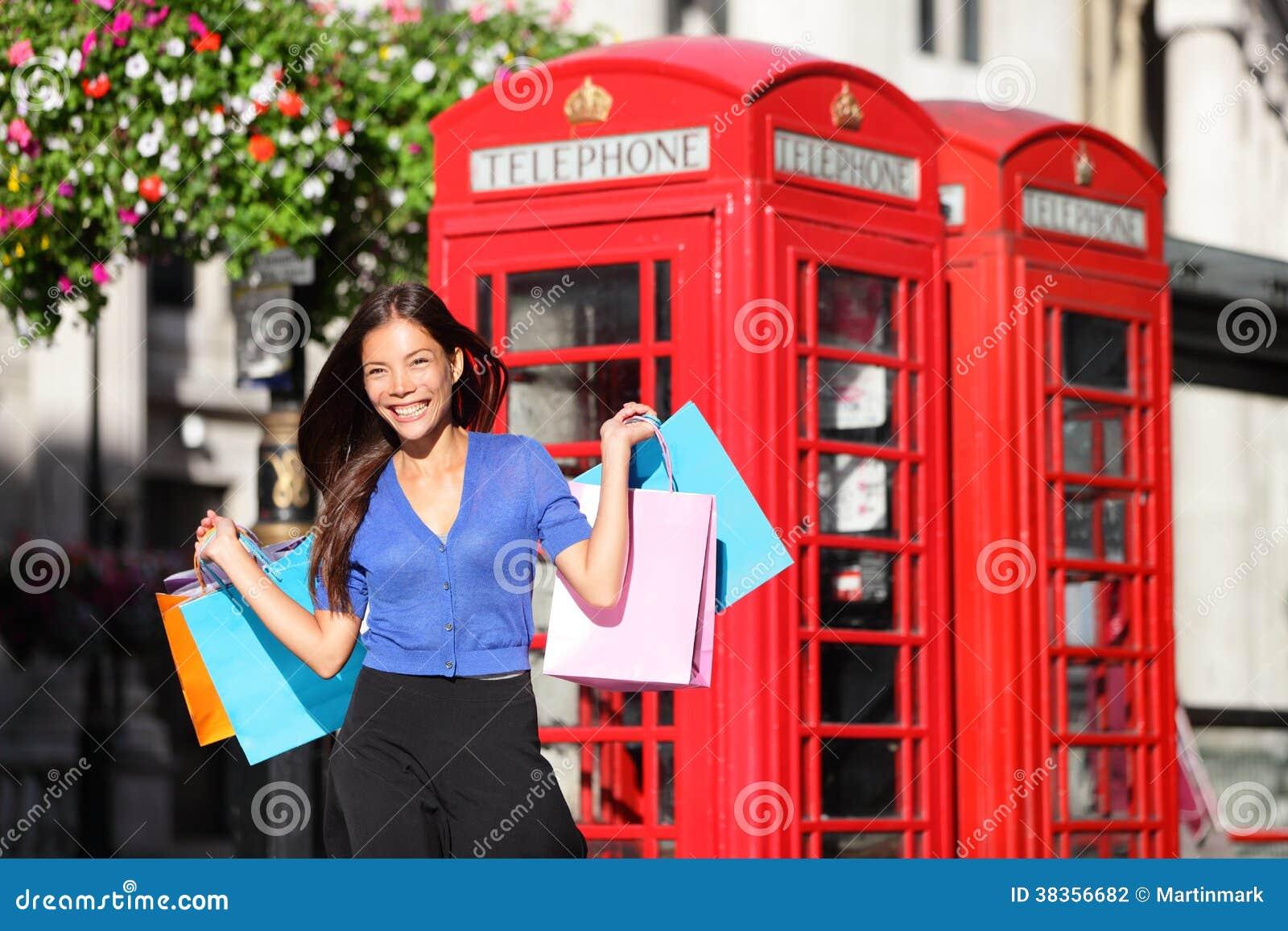 Winkelende de vrouwenklant van Engeland Londen met zakken