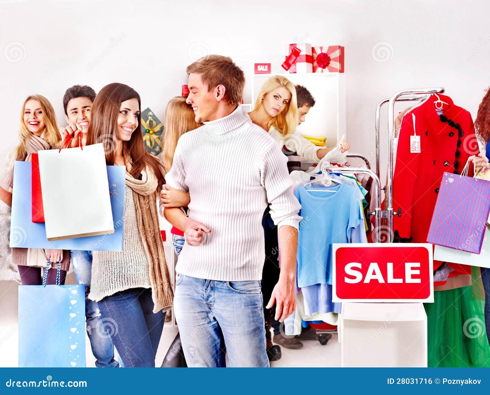 Winkelende vrouwen bij de verkoop van Kerstmis.