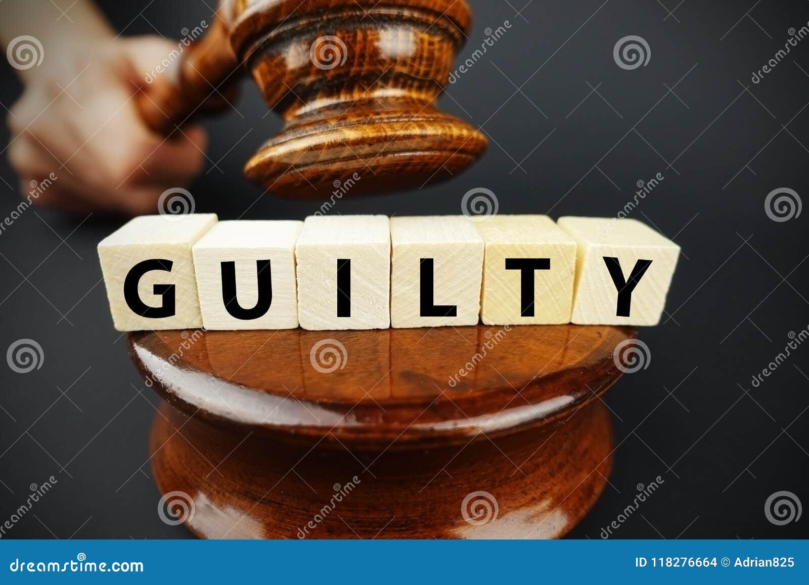 Winna decyzja sądu z sędziego młoteczkiem i drewnianymi sześcianami z tekstem