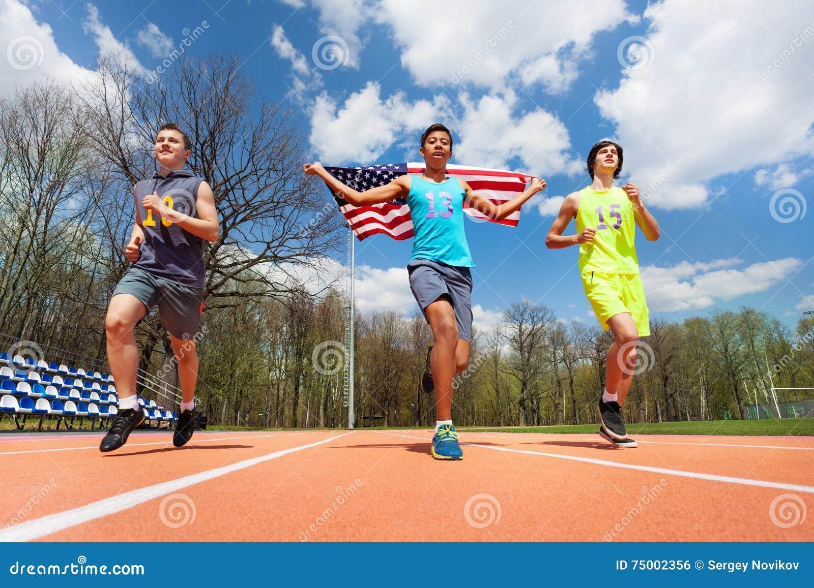 Winnende agenten met de vlag van de V.S. het vieren overwinning