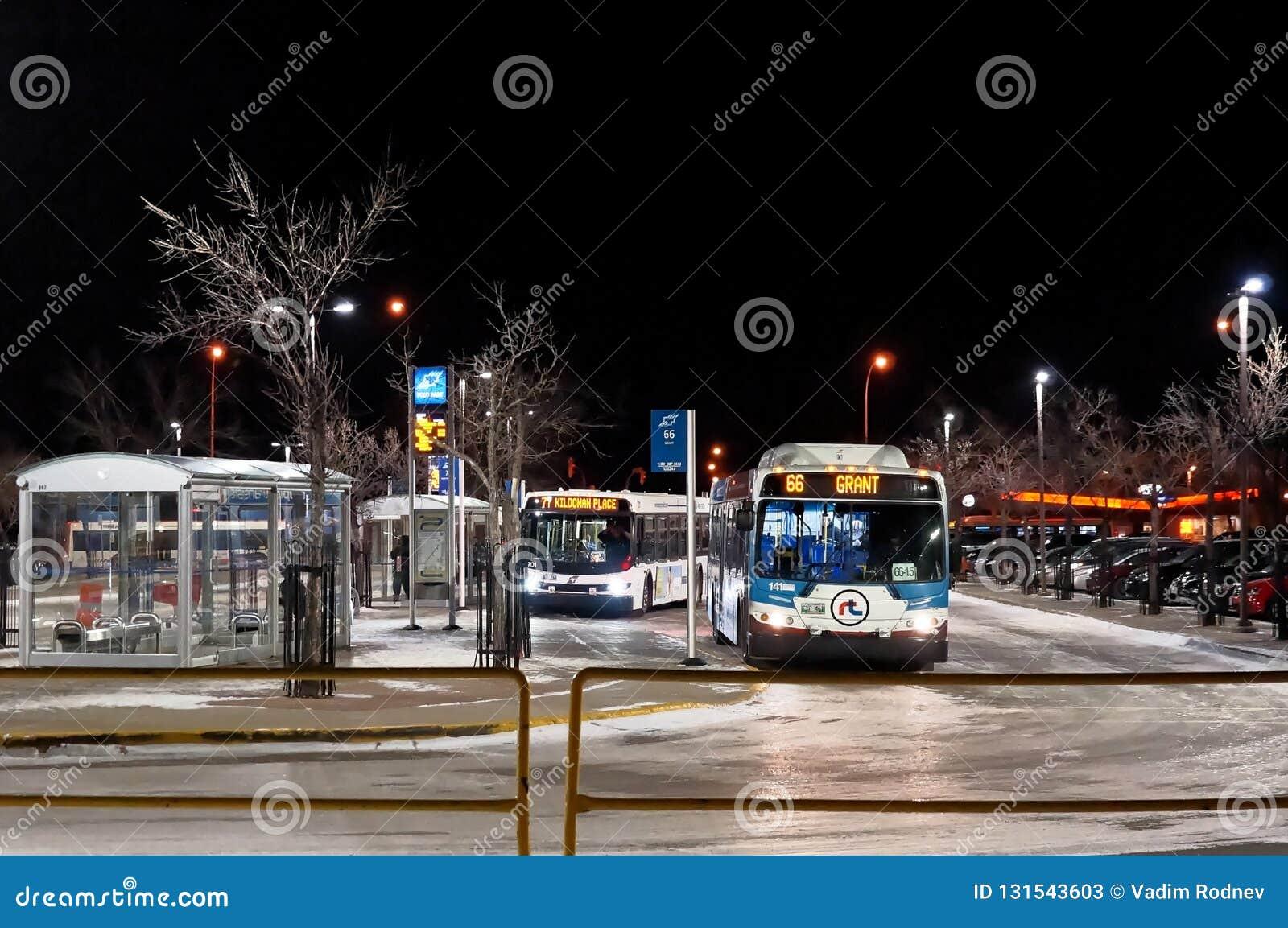 WINNIPEG, KANADA - 2014-11-20: Noc przystanek autobusowy w Winnipeg, Manitoba, Kanada