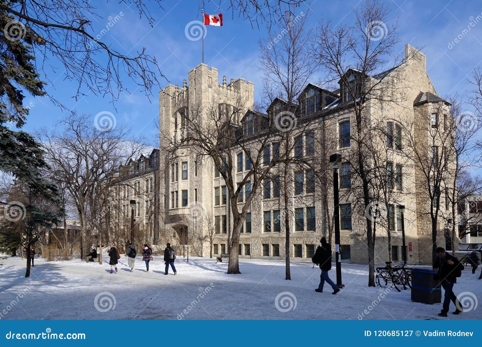 WINNIPEG, KANADA - 2014-11-19: Ucznie rusza się w kierunku pozioma budynku, uniwersytet Manitoba, Winnipeg, Manitoba, Kanada