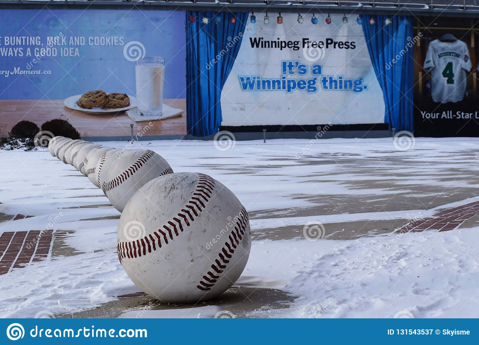 WINNIPEG, KANADA - 2014-11-18: Uliczna sztuki instalacja baseballe blisko Winnipeg Goldeyes baseballa klubu Winnipeg