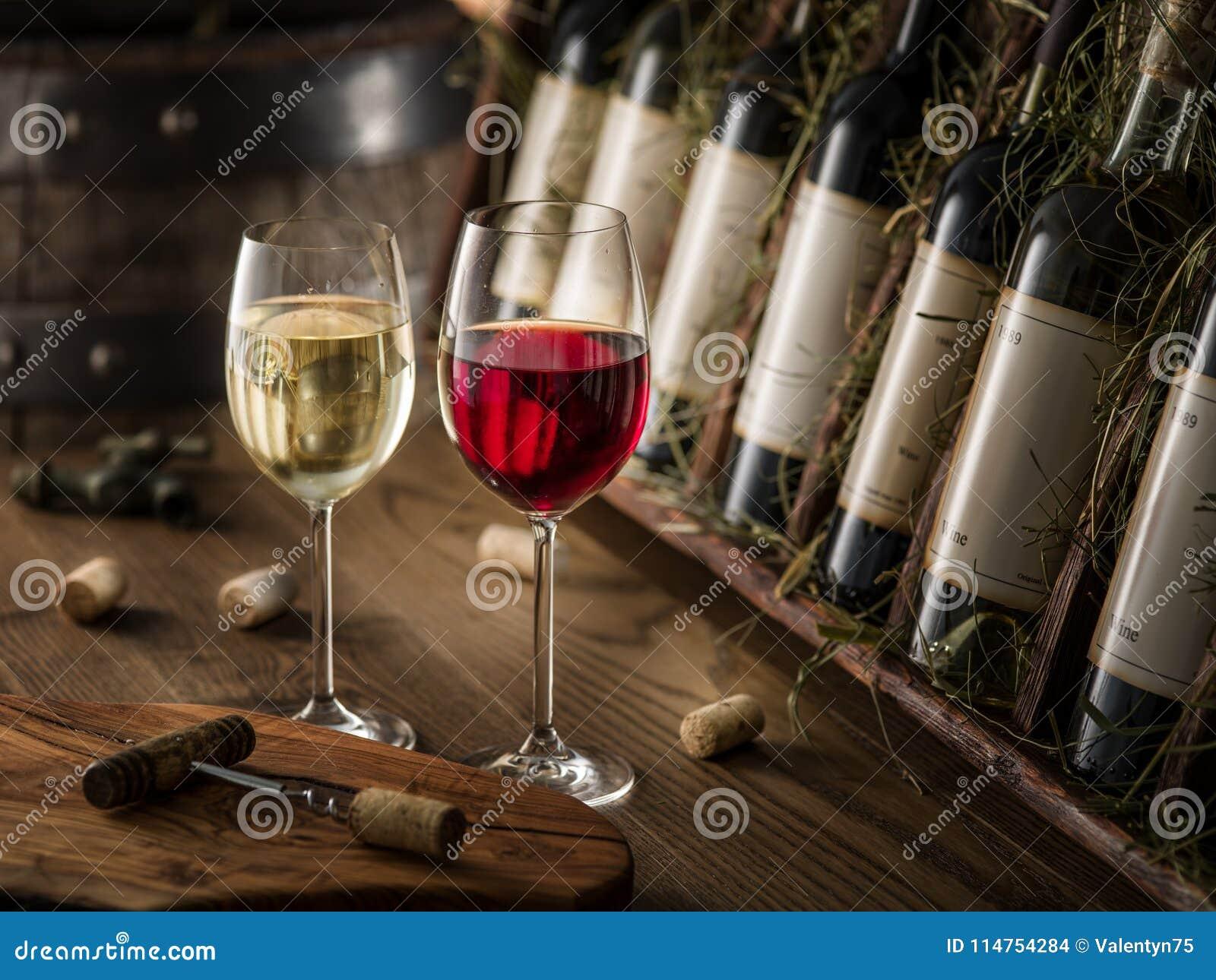 Wino butelki na drewnianej półce