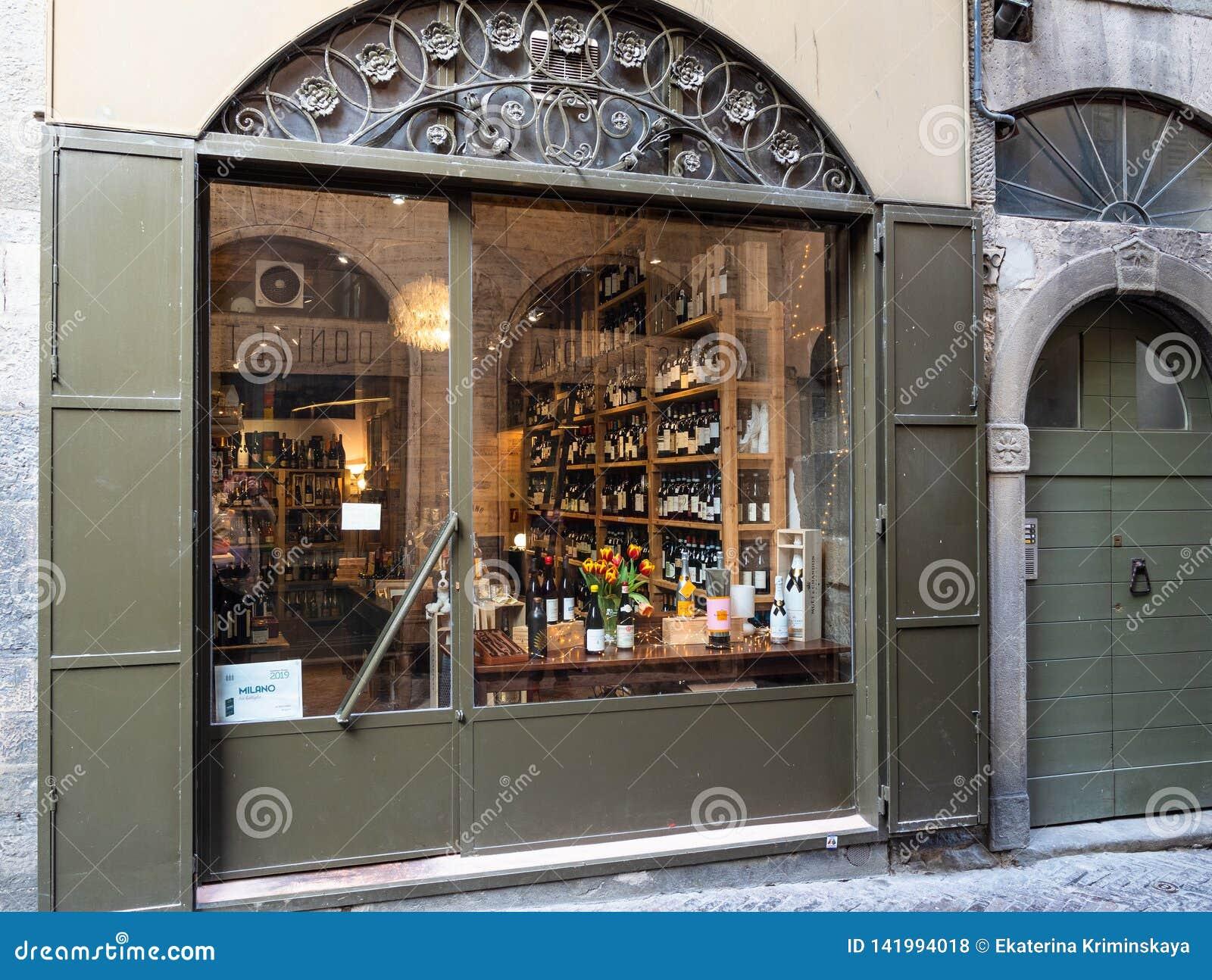 Wino sklep z lokalnymi włoskimi winami w Bergamo