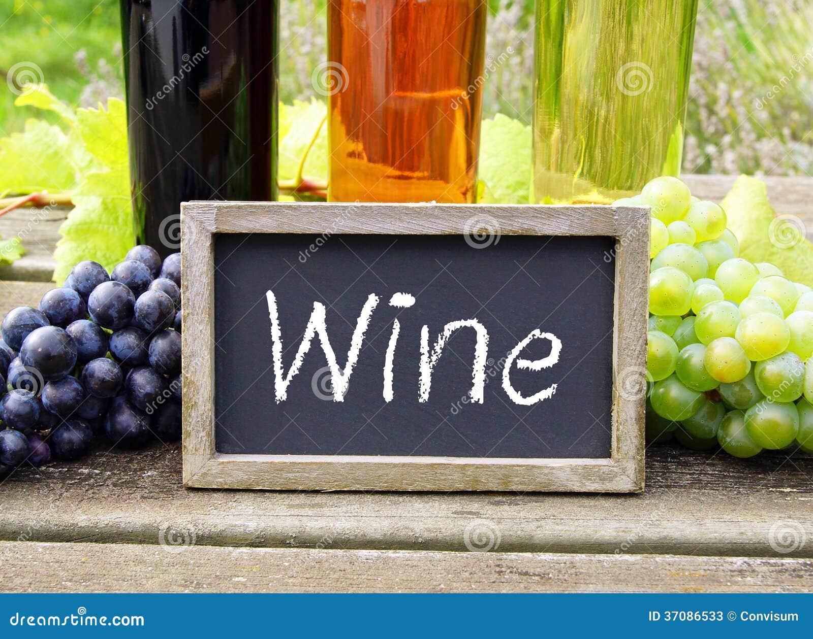 Download Wino Znak Z Winogronami I Butelkami Obraz Stock - Obraz złożonej z kolorowy, blackboard: 37086533