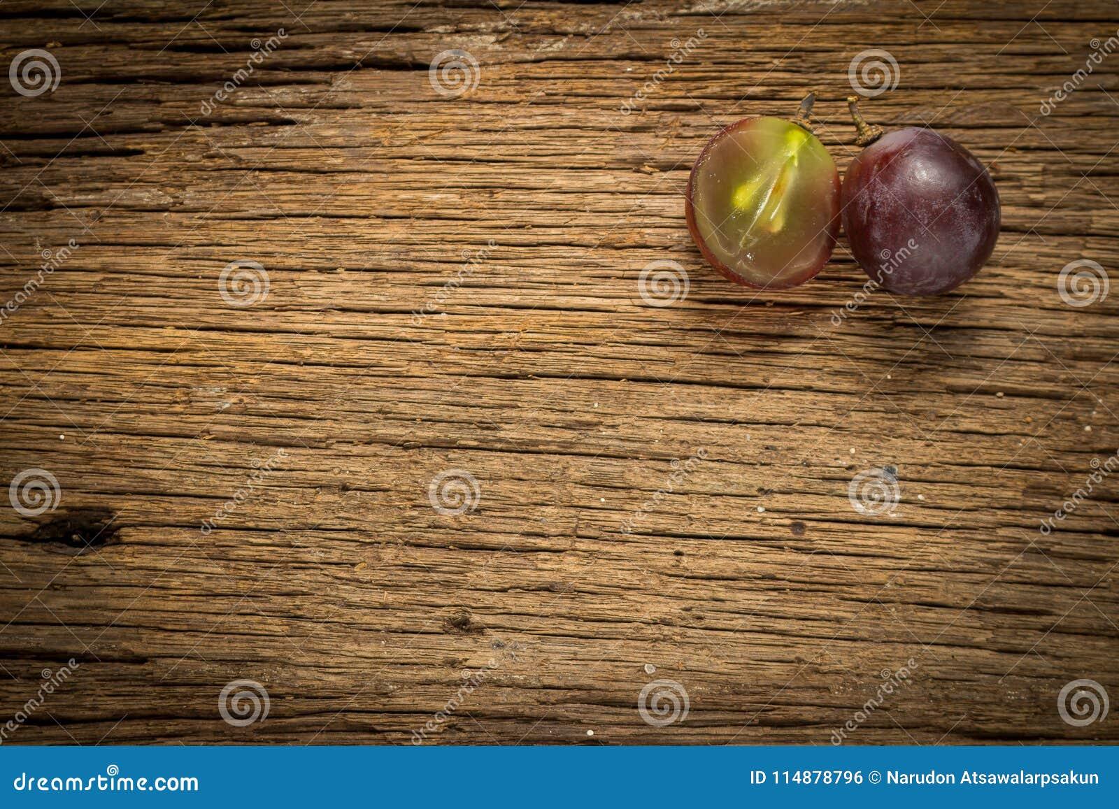 Winogron czerwonych plasterek halfback głębii pola płycizny stół drewniany