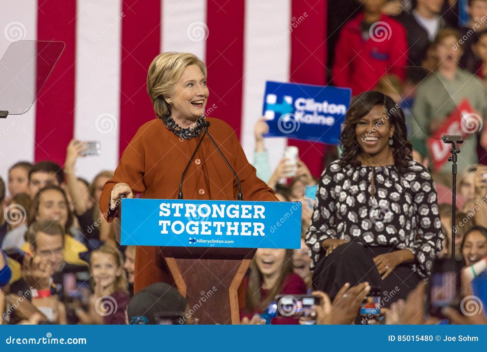 WINSTON-SALEM, NC - 27 DE OCTUBRE DE 2016: El candidato demócrata a la presidencia Hillary Clinton y señora Michelle Obama de los
