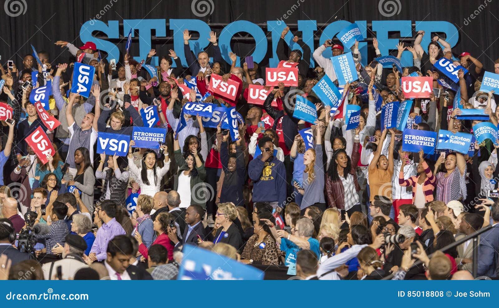 WINSTON-SALEM, NC - 27 DE OCTUBRE DE 2016: Partidarios del candidato demócrata a la presidencia Hillary Clinton y de señora Miche