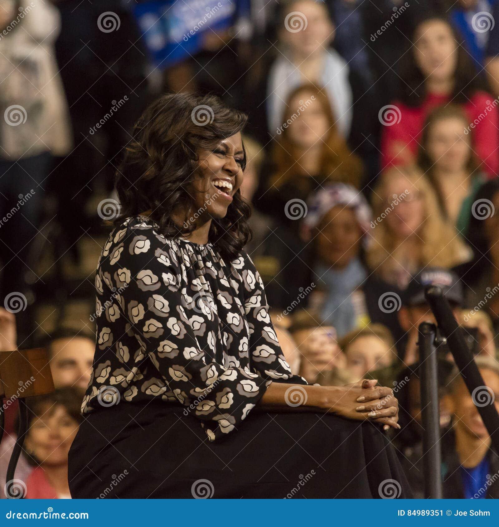 WINSTON-SALEM, NC - 27 DE OCTUBRE DE 2016: Señora Michelle Obama del irst de F aparece en un evento de campaña presidencial para