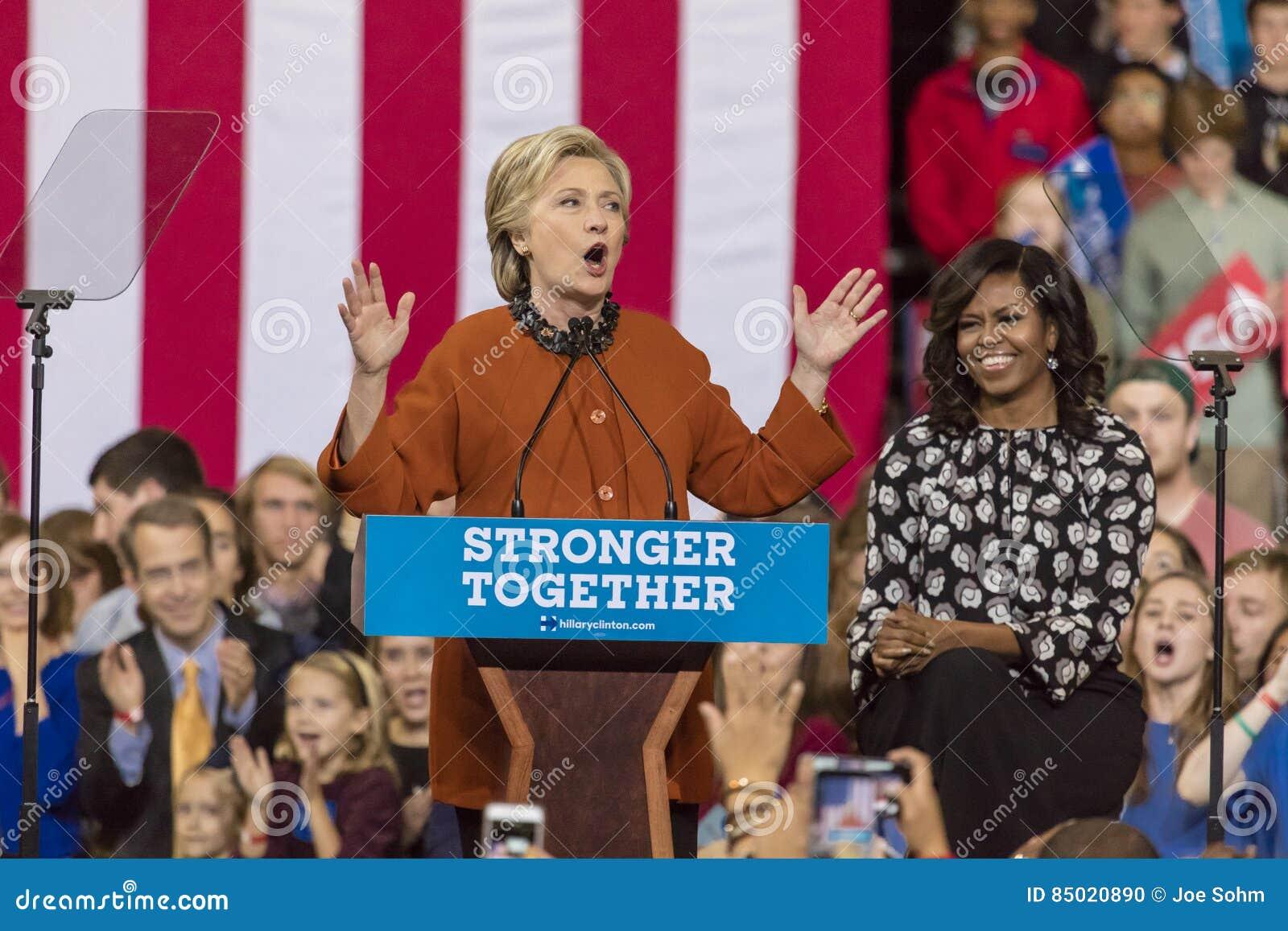 WINSTON-SALEM, NC - 27 DE OUTUBRO DE 2016: O candidato presidencial Democrática Hillary Clinton e a senhora Michelle Obama dos E.