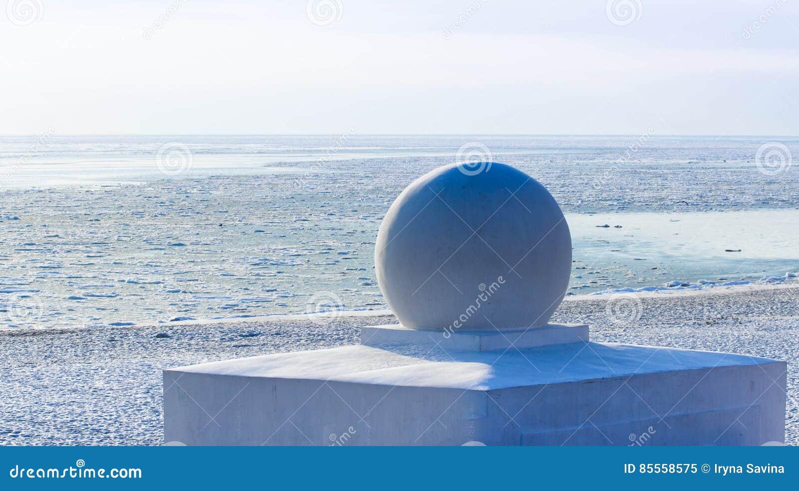 Winter auf Meer: Skulptur und weiße Seeküste