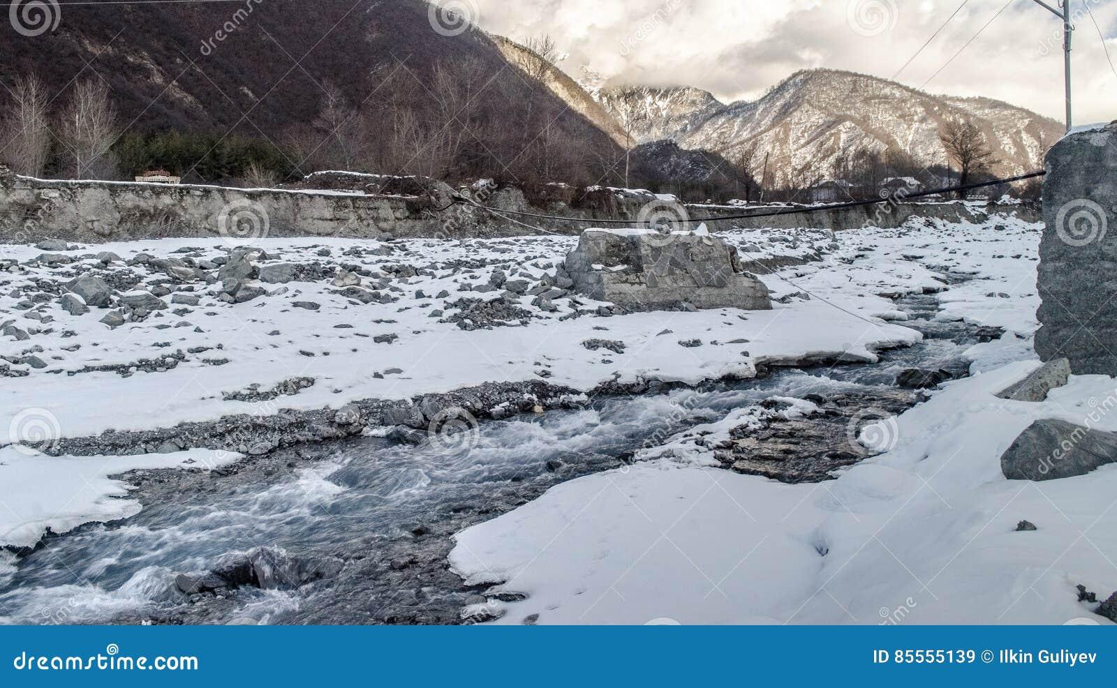 Winter-Fluss-Landschaft Schnee bedeckte Strom an den Bergen von Aserbaidschan kaukasus
