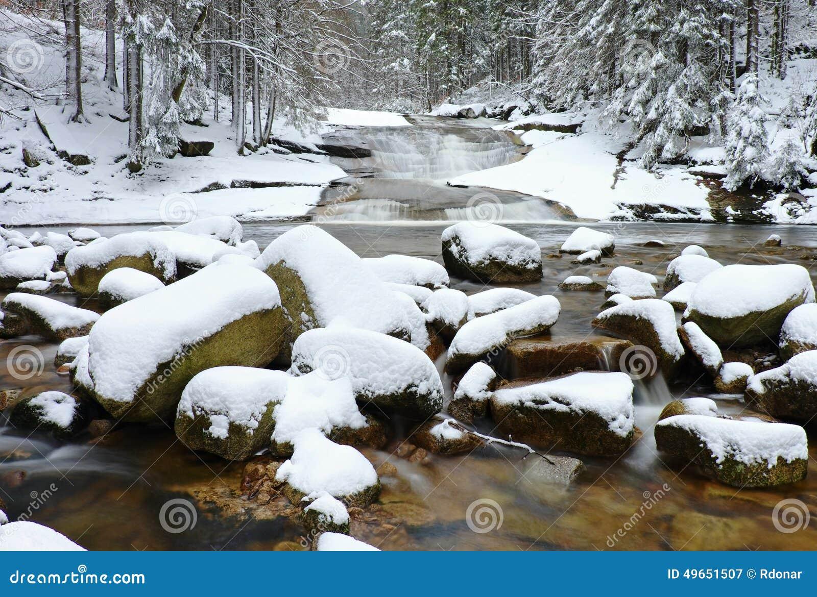 winter in gebirgsfluss gro e steine im strom bedeckt mit frischem pulverschnee und faulem wasser. Black Bedroom Furniture Sets. Home Design Ideas