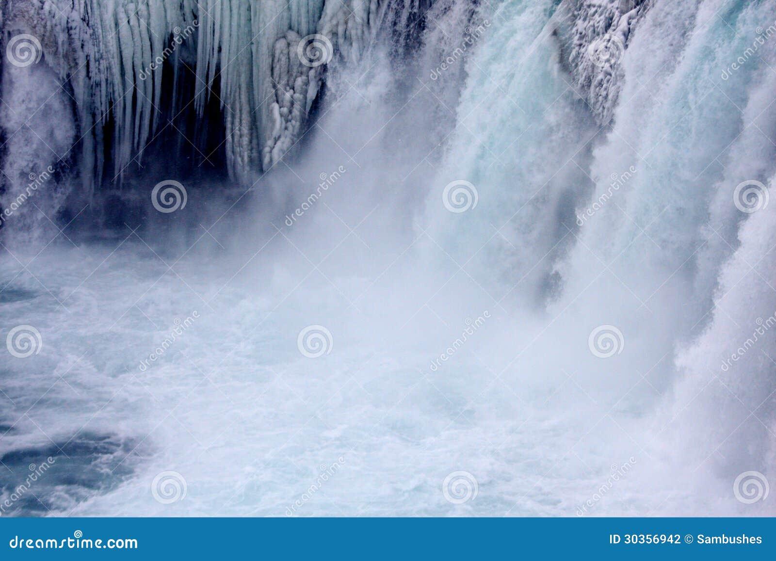 Winter an Godafoss-Wasserfall in Island mit Eiszapfen
