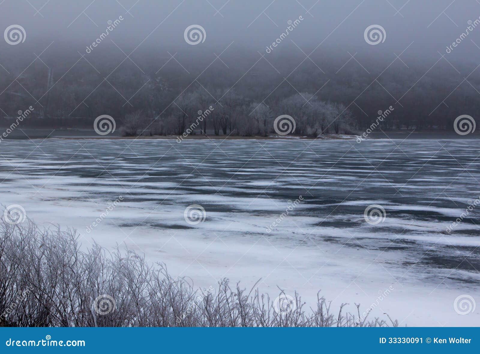 Winter Hoar Frost über dem gefrorenen Fluss
