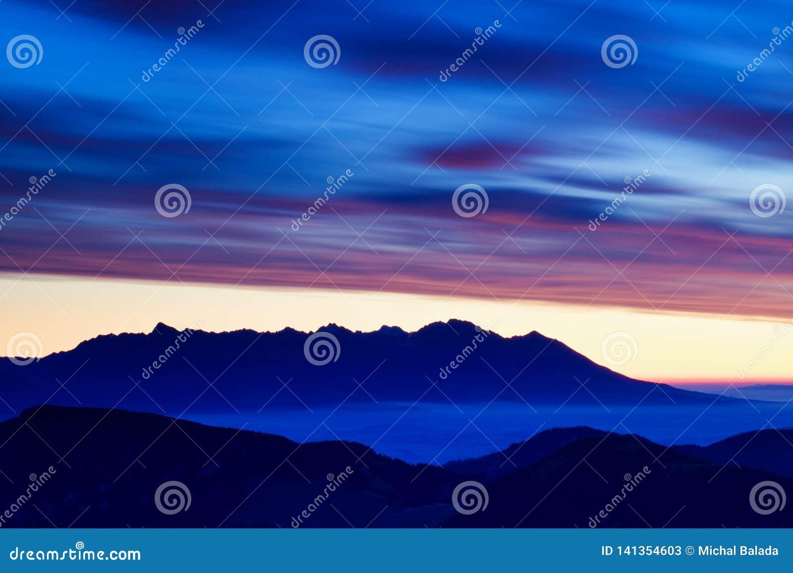 Winter hohes Tatras-Gebirgszugpanorama mit vielen Spitzen und klaren Himmel Sonniger Tag auf schneebedeckte Berge