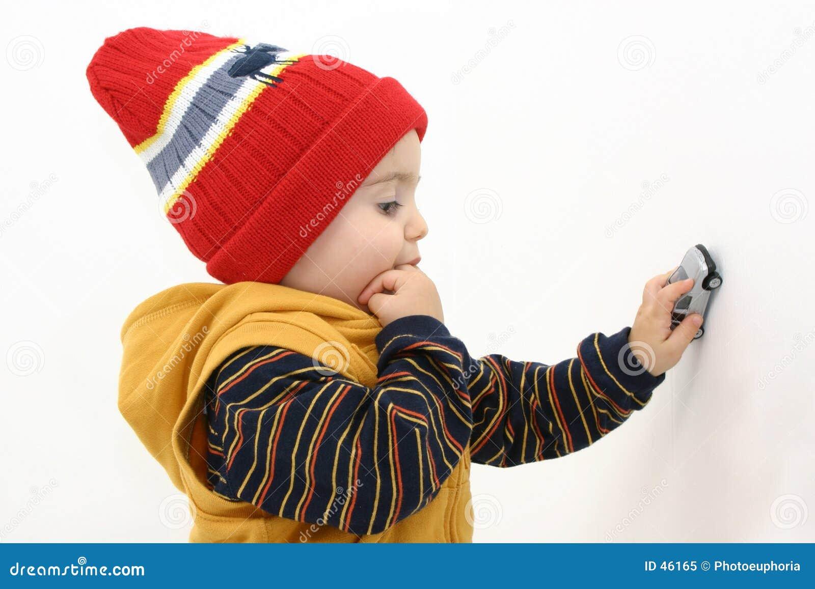 Winter-Jungen-Kind, das mit Auto spielt