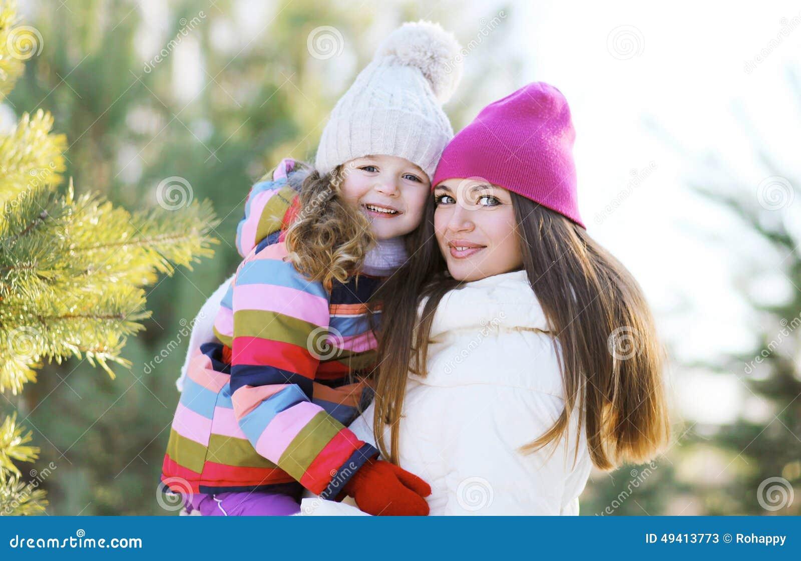 Download Winter Und Leutekonzept - Porträt Einer Glücklichen Mutter Und Des Kindes Stockbild - Bild von weihnachten, wenig: 49413773