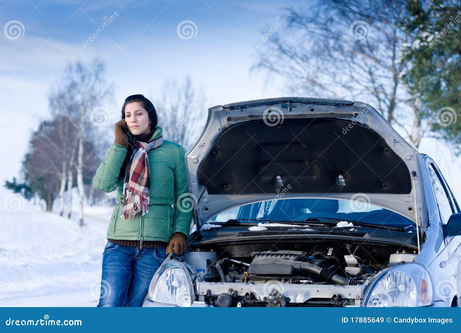 Winterautozusammenbruch - Frauenrufen um Hilfe