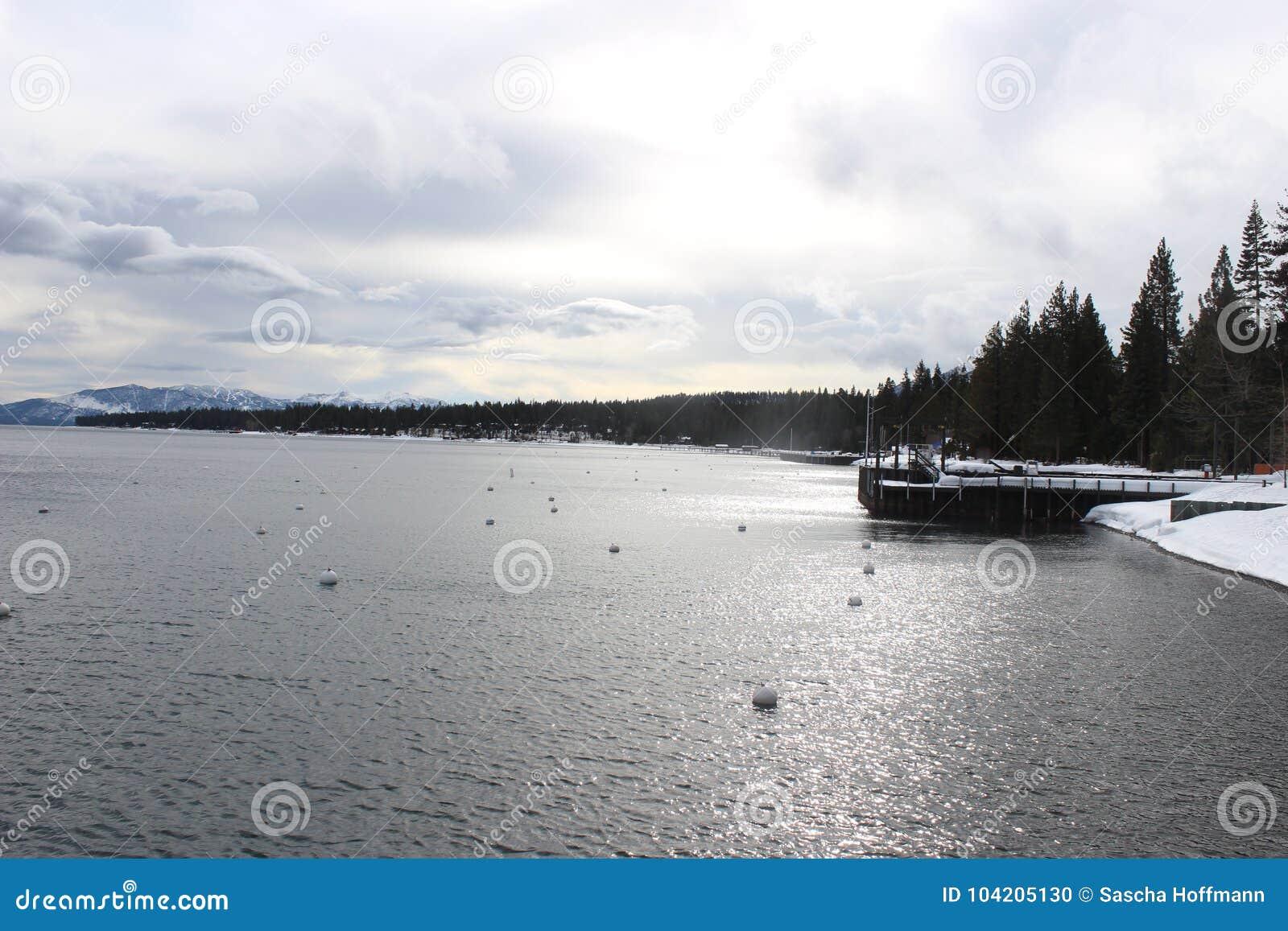 Winterlandscape αρκετά στη λίμνη
