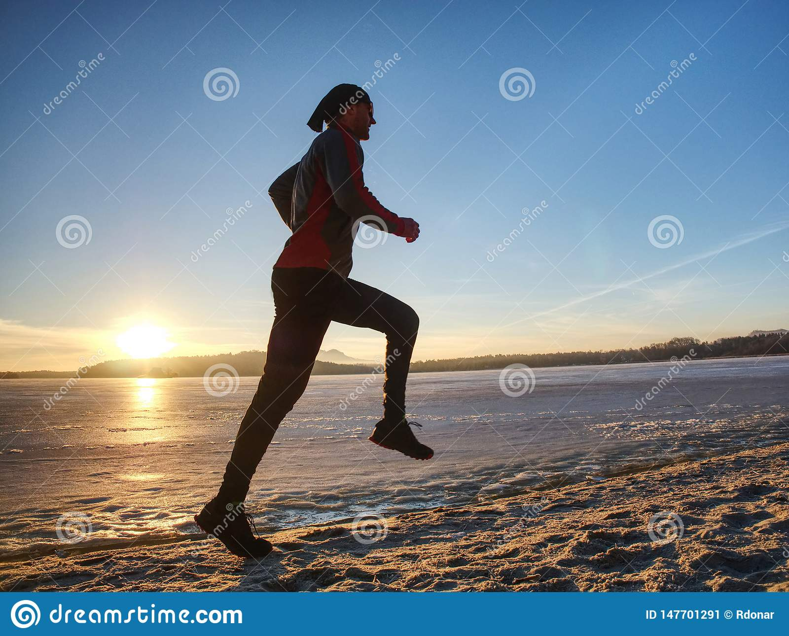 Wintersaison und gesundes Konzept - Mann, der entlang See läuft