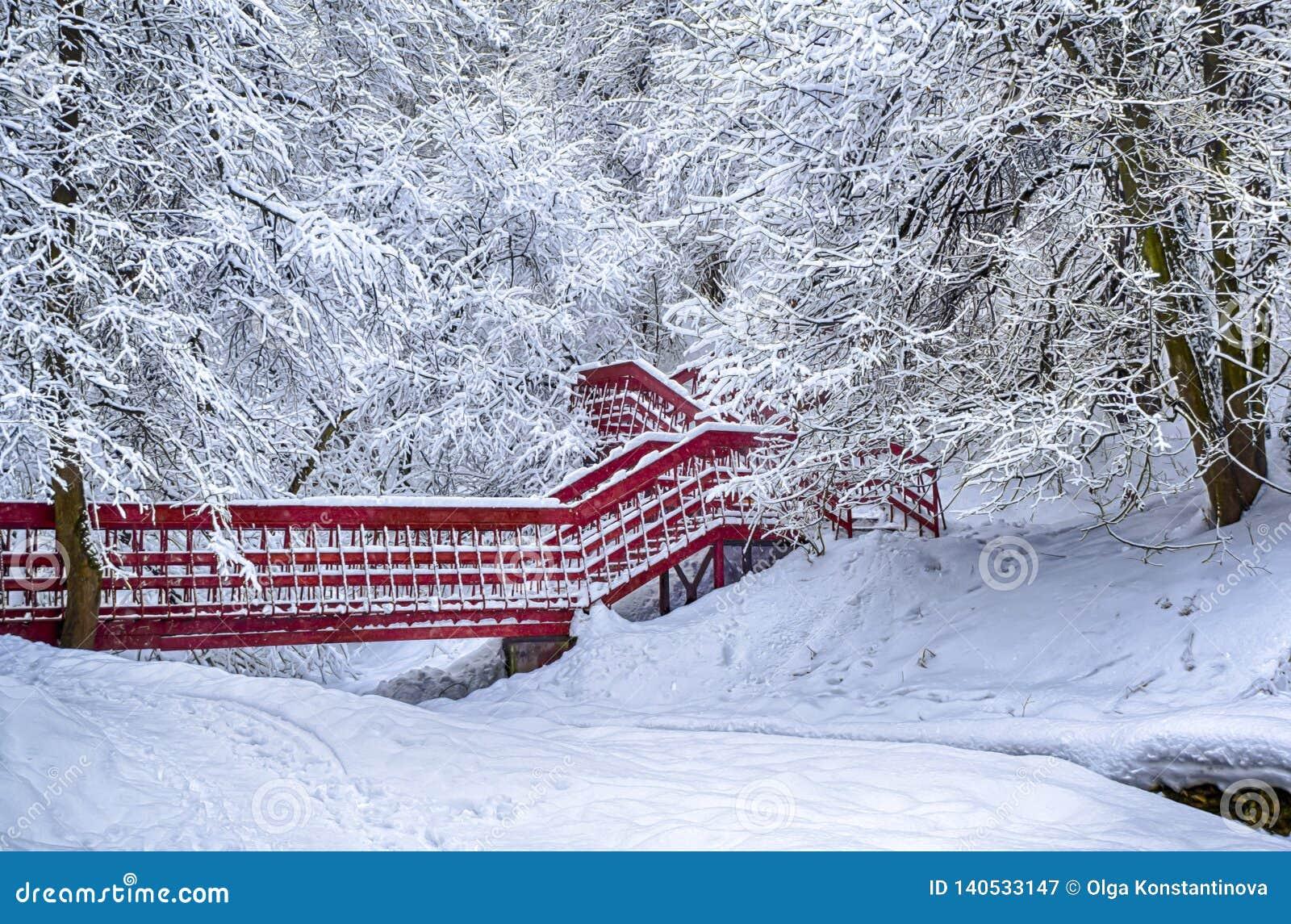 Winterschneelandschaftswaldschnee der einsamen roten Brücke drastischer auf Niederlassungsvignettierung hdr Foto