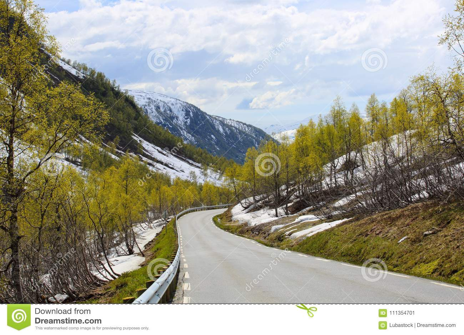 Wiosen góry i roztapiający śnieg