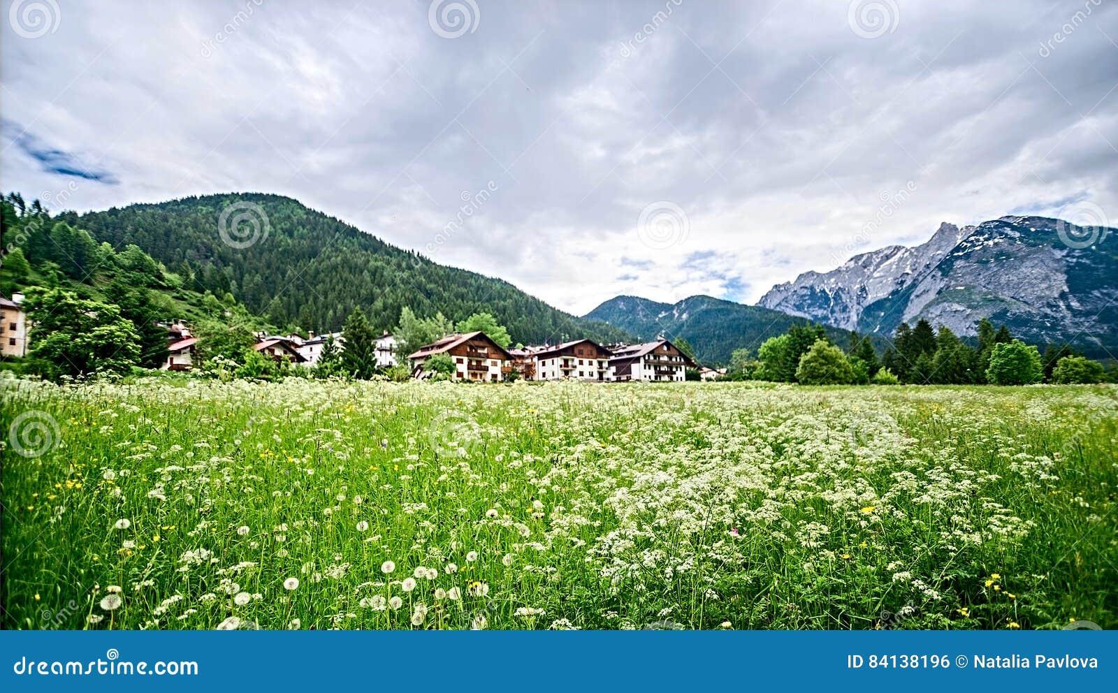 Wioska w Alps, Italia