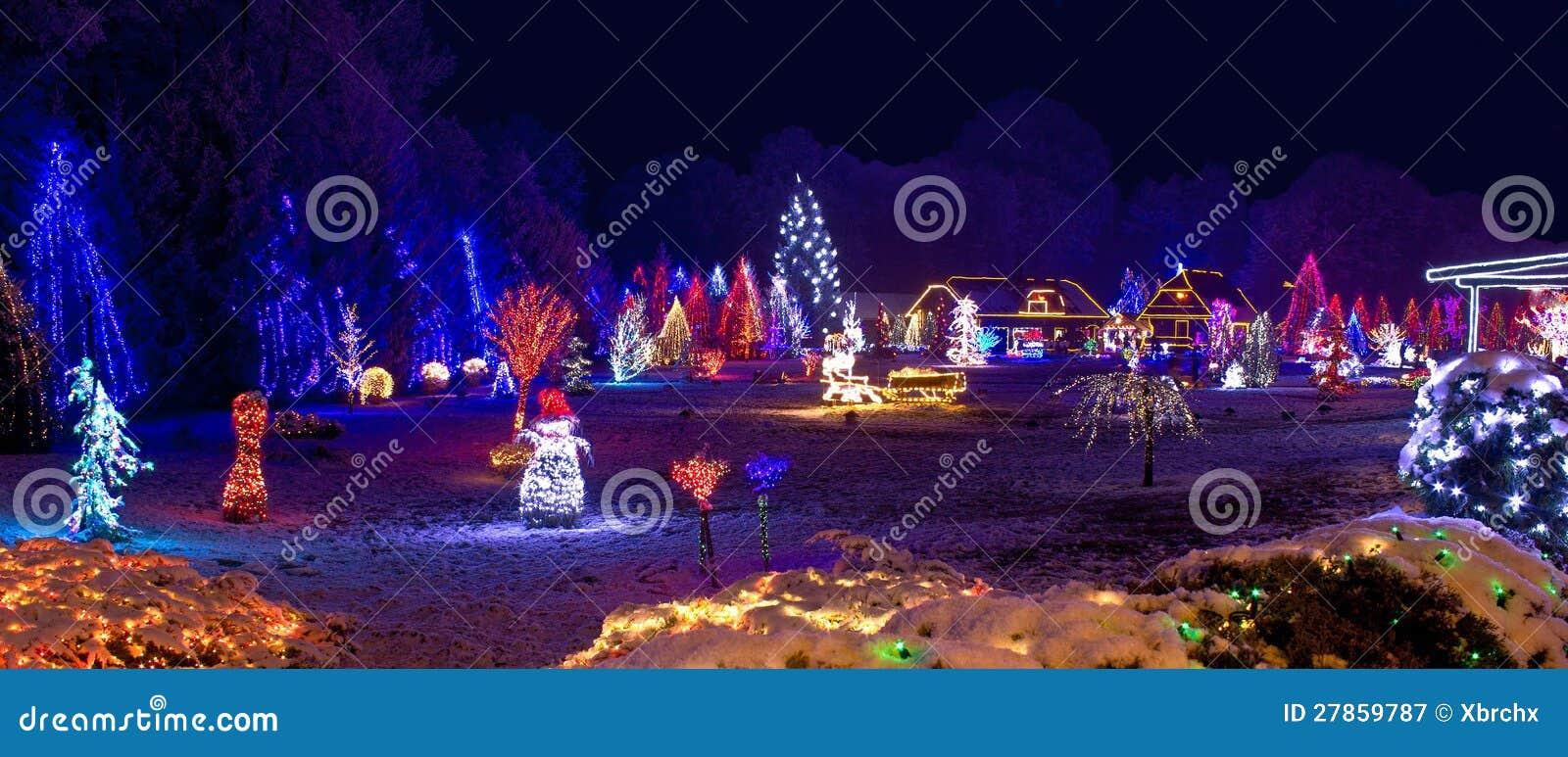 Wioska w bożonarodzeniowe światła, panoramiczny widok