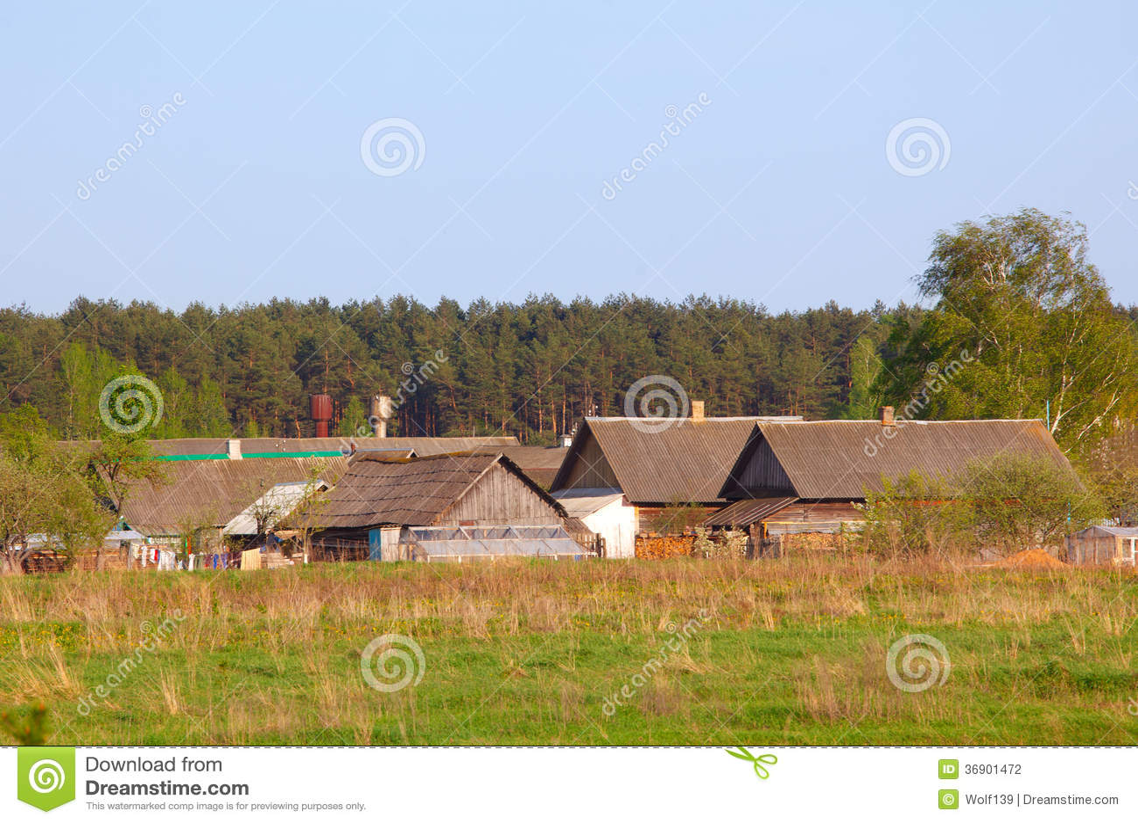 Wioska w wiosna wiejskim krajobrazie