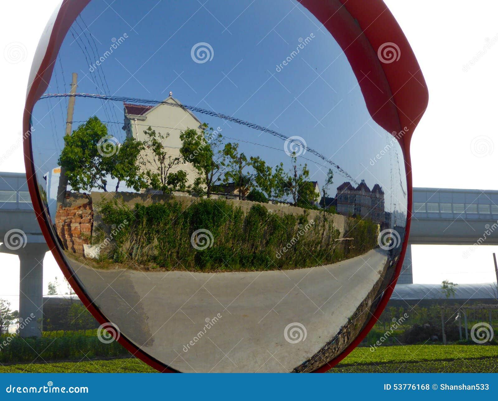 Wioski scena w wypukłym lustrze