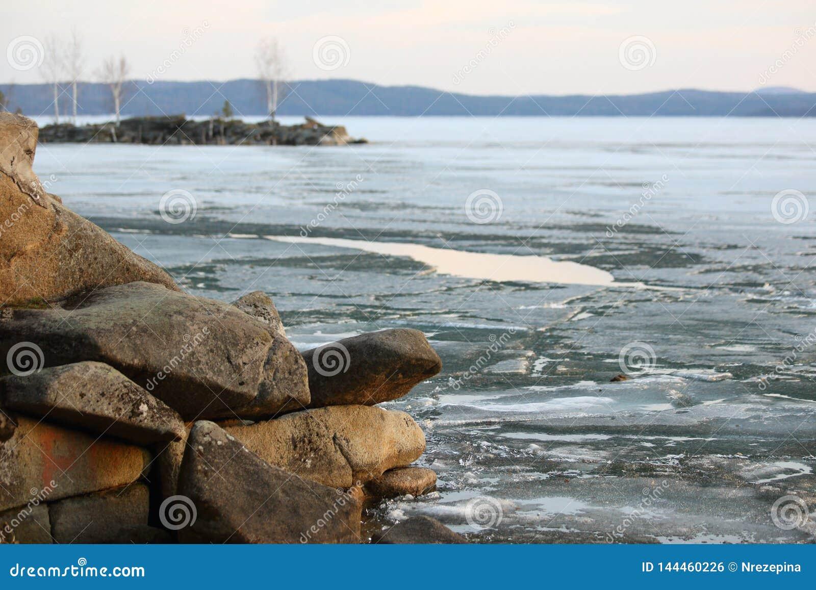 Wiosna krajobraz na jeziorze z brzeg