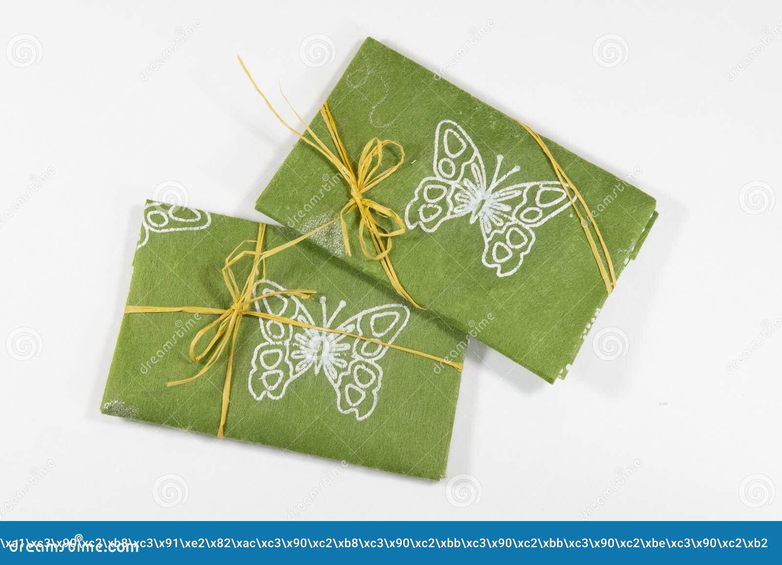 Wiosna, lato prezent w zielonym włókna Kraft papierze/,