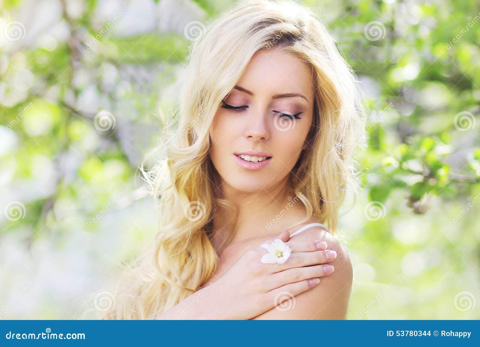 Wiosna portret ładna kobieta cieszy się w kwieceniu
