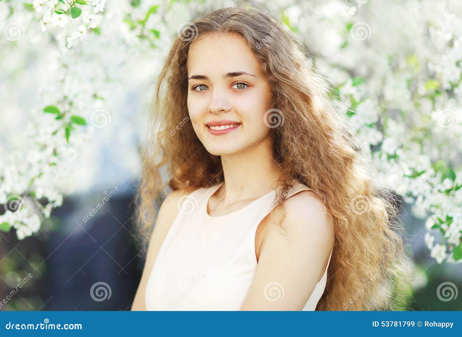 Wiosna portret śliczna dziewczyna w kwiatonośnym ogródzie