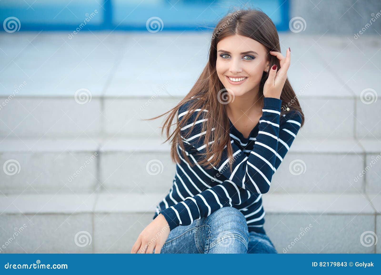 Wiosna portret piękna kobieta outdoors