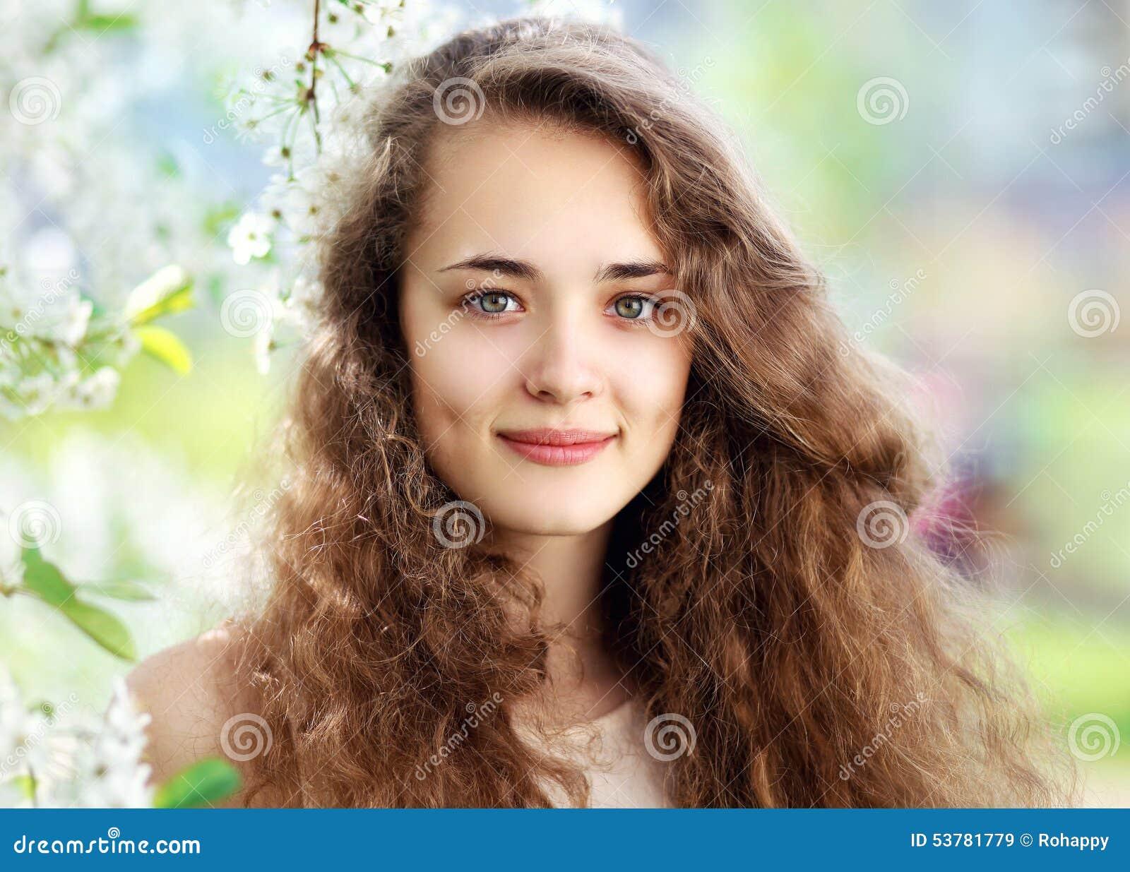 Wiosna portret piękna młoda dziewczyna z kędzierzawym włosy