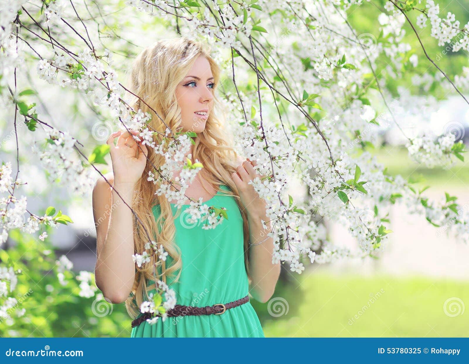 Wiosna portret piękna młoda kobieta w kwieceniu