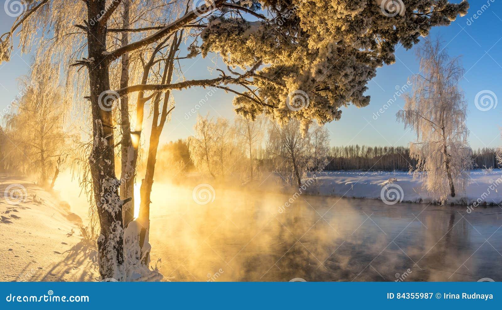 Wiosna ranku krajobraz z mgłą i lasem, rzeka, Rosja, Ural