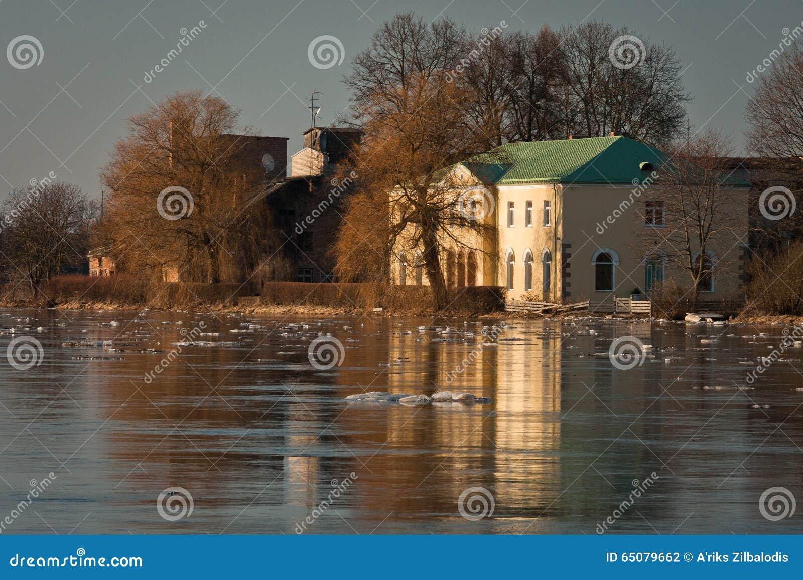 Wiosna wylew w Lielupe rzece