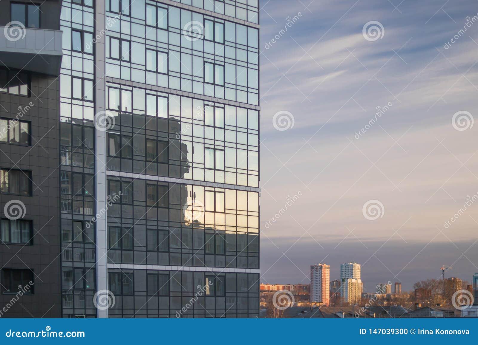 Wiosny miasta krajobraz Fasada nowożytny budynek i widok okoliczny teren