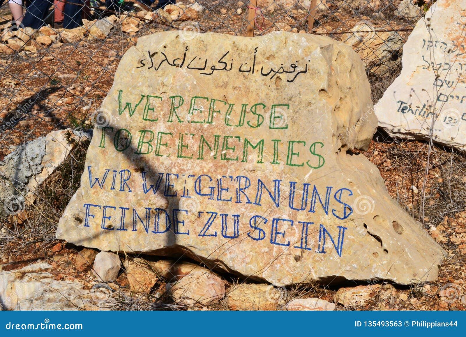 Wir lehnen ab, Feinde, uns Wir zu sein weigern Feinde-zu sein, auf Felsen in Palästina, Westbank - Israel