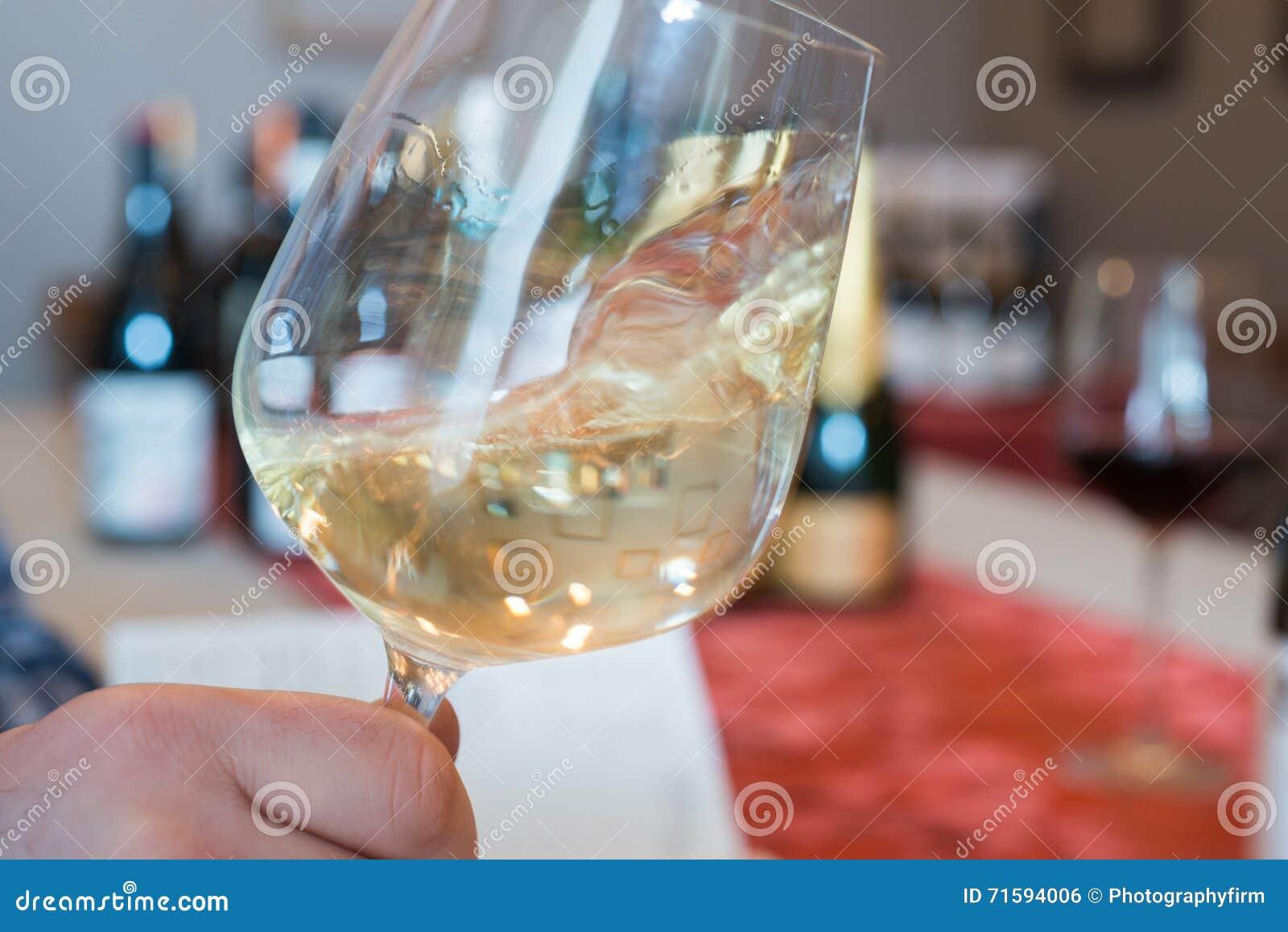 Wirbelndes Weißwein in einem Weinglas