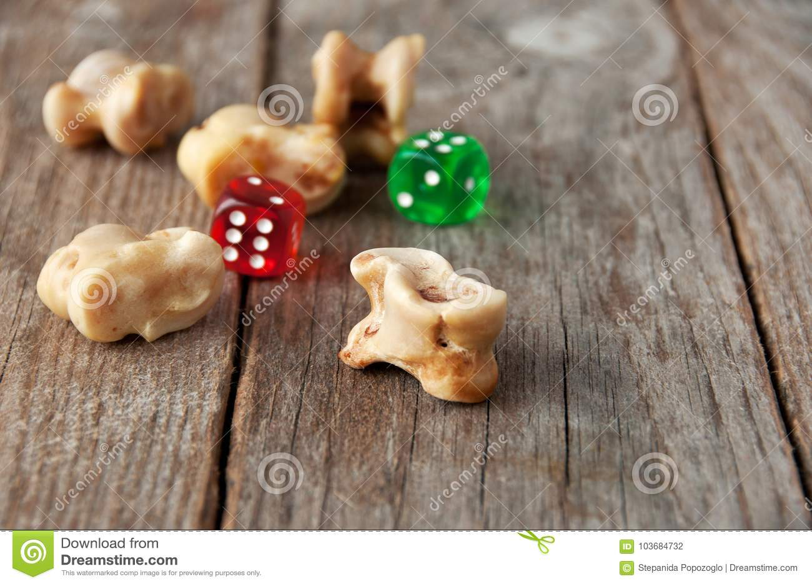 Wirkliche Würfel Knöchelknochen Und -Spielsteine Altes Spiel Mit La ...